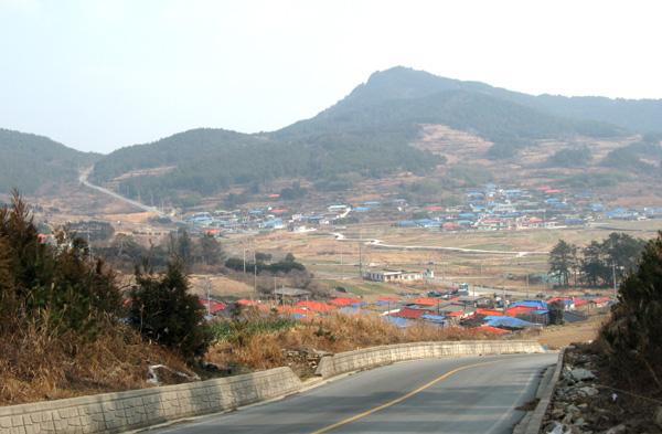 길과 마을풍경 소인리 마을로 넘어가는 길목에서 바라본 마을 풍경과 미라릴 넘어가는 고갯길