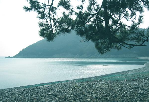 미라리 해변 조약돌로 이루어진 둥그런 미라리 해안선과 낚시 포인트로 각광받는 섬기슭