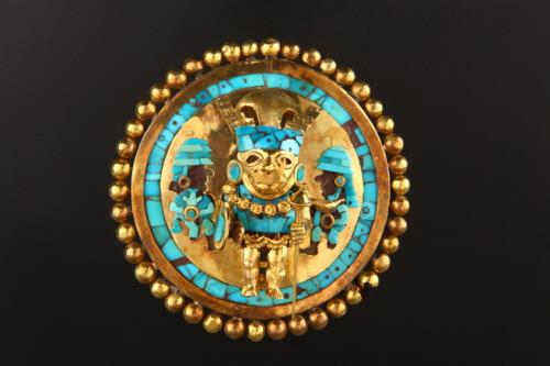 시판 왕 장식 귀걸이 금과 터키석으로 만들어진 유물로서 당시 빼어난 금 세공 기술을 그대로 보여주고 있다.