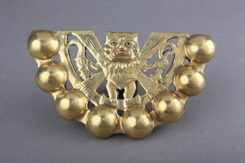 신 장식 딸랑이 모체시대의 중요한 신이었던 아이아파엑의 모습을 형상화 한 것으로서, 이 유물은 신분을 상징하기 위해 허리띠에 매달았다고 한다.