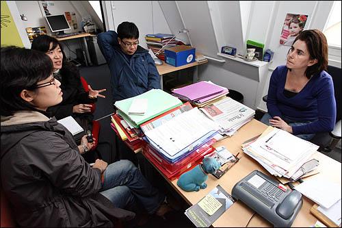프랑스에 도착한 <오마이뉴스> '유러피언 드림' 취재팀이 26일 오전 파리에서 세 아이를 둔 40대 여성 플로랑스 베르델을 만나 인터뷰하고 있다. 사진 오른쪽부터 퐁피두 도서관의 기획담당자인 플로랑스 베르델, 전진한, 진민정, 안소민 시민기자.