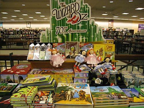 미국 대형서점체인 반스앤노블에 전시된 <오즈의 마법사> 관련 상품.