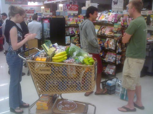 생필품을 사기 위해 마켓으로 몰려든 하와이 주민들
