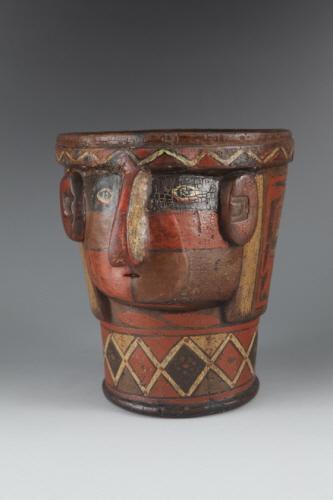 케로 나무로 만든 원통형 잔으로서 치차 같은 술이나 음료를 마시기 위해 사용되었던 의례용 잔이다. 잔의 표면에 기하학적인 문양을 새기거나 형태를 만들기도 하였다.