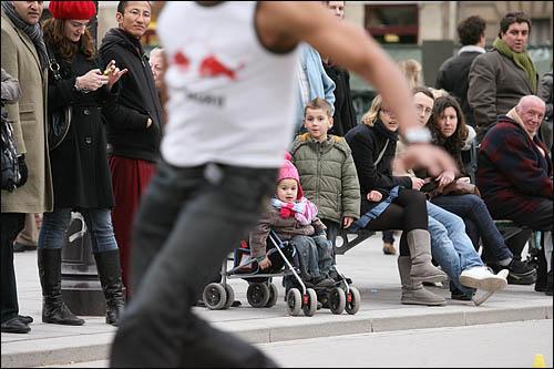 주말인 27일 프랑스 파리의 노틀담성당 앞을 지나던 시민들이 인라인 스케이트 묘기를 지켜보고 있다.