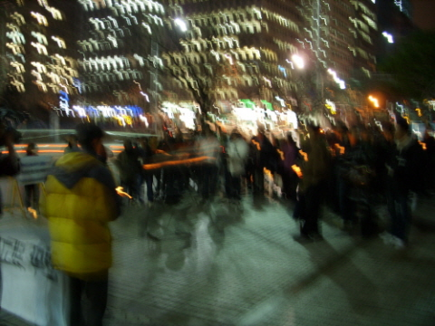MBC 언론자유를 지키기 위해 모인 촛불들 비까지 내린다는 소식에 많은 사람들이 모이지 않았지만 의지는 대단했습니다.