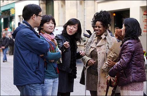 파리 시청에서 근무하며 3살짜리 딸을 키우고 있는 싱글맘 니꼴(Nicole Mazaniello,오른쪽에서 두번째)이 2일 파리에서 오마이뉴스 특별취재팀을 만나 인터뷰에 응하고 있다.