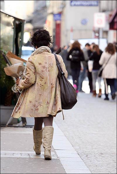 3살짜리 딸을 키우고 있는 싱글맘 니꼴(Nicole Mazaniello)이 2일 점심시간을 이용해 오마이뉴스 특별취재팀을 만난 뒤 직장인 파리 시청으로 발걸음을 돌리고 있다.