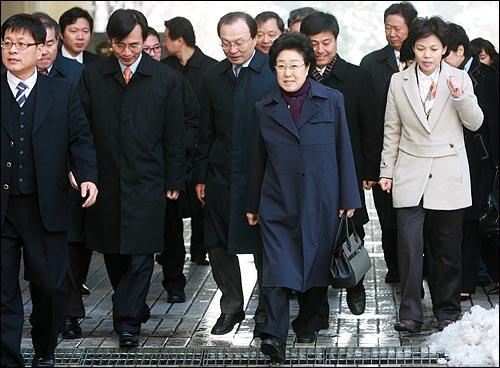 곽영욱 전 대한통운 사장에게서 인사청탁과 함께 뇌물을 받은 혐의로 불구속기소된 한명숙 전 총리가 11일 오전 공판을 받기 위해 서울 서초동 서울중앙지법에 도착하고 있다.