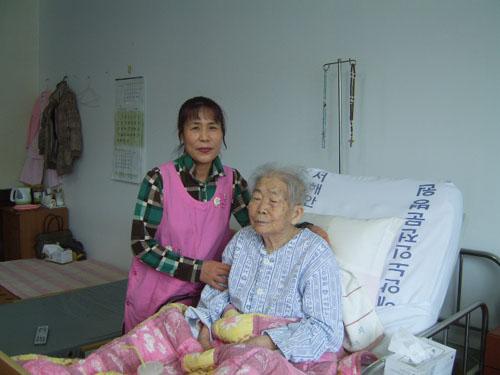 김효자 요양보호사와 함께 노친이 입원하던 날 제일 먼저 만난 김효자씨는 노친이 가장 좋아하는 요양사다. 지금은 옆 병실에서 근무하는데 자주 와서 살펴주곤 한다.