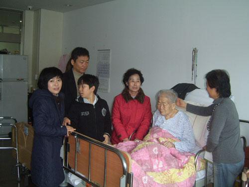안산 누이와 대전 막내동생 가족 지난 2월 28일에는 대전 막내동생 가족과 함께 동생의 장모님도 오셨다. 안산 누이와 대전 막내동생 가족은 노친의 변화된 모습, 좋아지신 상태에 기쁜 웃음을 지었다.