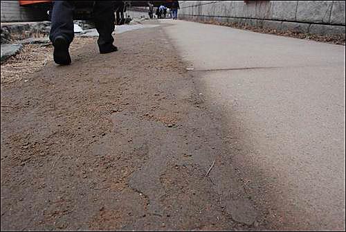 청계천의 콘크리트 바닥은 부실공사임을 증명하고... 이게 흙인가요? 시멘트콘크리트인가요? 흙처럼 부서지는 청계천 바닥이 부실공사임을 증명합니다.