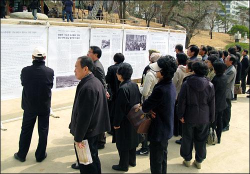 14일 오전 봉은사(주지스님 명진) 법왕루 입구. 대한불교 조계종 총무원(총무원장 자승)이 봉은사를 특별분담금사찰에서 직영사찰로 전환했다는 내용의 신문 기사 여러 편이 대형 전시판에 크게 붙었다.