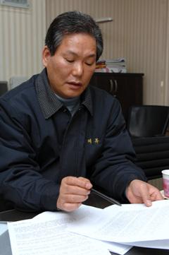 심경 밝히는 위샵플러스 강석원 회장 강석원 회장은 SM이 중국 법률고문을 통해 위샵플러스 중국 총판 법인과 총대리상, 북경 대리점 등 현지 판매망에 보낸 내용증명을 공개했다.