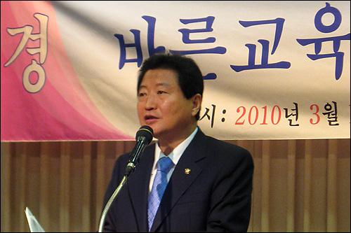 16일 오전 서울 명동 은행연합회관에서 열린 '바른교육국민연합' 출범식에서 안상수 한나라당 원내대표가 축사를 하고 있다.
