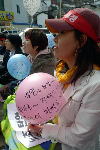 """""""김영일 의료원장! 똑바로 하이소~"""""""