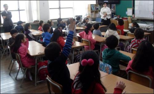 수업중인 초등학교 교실
