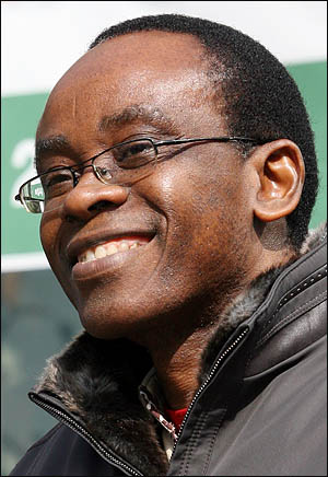 세계적 환경단체인 '지구의 벗' 국제본부의 니모 배시(Nnimmo Bassey) 의장이 19일 오전 서울 누하동 환경운동연합 마당에서 4대강 사업 국제 저항운동 시작을 공식 선언했다.