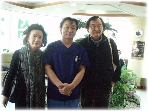 '메시앙 탄생 100주년 기념 초청 연주회'에 참석한 백건우 피아니스트와 윤정희 영화배우, 가운데 최우석 치과의사(사하문화사랑방 대표)의 개인병원에 방문하여 촬영한 사진