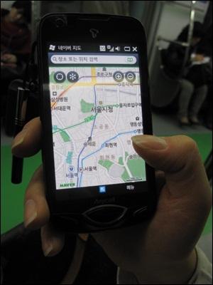 지하철에서 한 시민이 스마트폰으로 인터넷을 이용하고 있다. 무선랜이 잡히지 않아 3G로 접속했다.