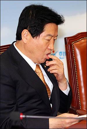 조계종 총무원이 서울 봉은사를 직영사찰로 전환하기로 한 과정에 한나라당 안상수 원내대표의 외압이 있었다는 봉은사 주지 명진스님의 주장이 파문을 일으키고 있는 가운데, 사실무근이라며 강하게 부인했던 안 원내대표가 22일 오전 최고위원회의에 참석했으나 이 사안에 대해 한마디 언급도 하지 않았다.