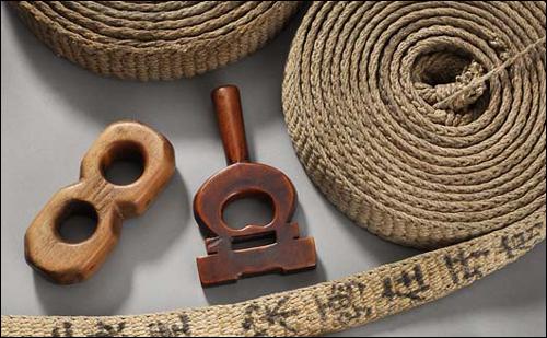 부보상들이 판마할 물품을 묶어 등에 지거나, 보자기에 싸는데 쓰던 박다위와 조이개.