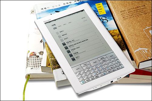 인터파크에서 출시한 e북 단말기 '비스킷' 6인치의 큰 화면과 300g밖에 안되는 무개, 7000페이지 이상을 볼 수 있는 베터리 용량으로 좋은 평가를 받았다. 하지만 외장디스크가 지원이 안되고 화면 전환 시 화면 떨림이 이전 제품과 큰 차이가 없어 아쉬움을 남겼다.