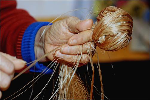 할머니의 손 삼베를 손질하는 할머니의 손