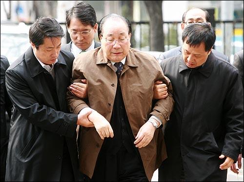 뇌물 수수 혐의 등으로 구속영장이 청구된 공정택 전 서울시교육감이 26일 오후 서울 마포구 서부지법에서 영장실질심사를 받기 위해 도착한 뒤 부축을 받으며 청사로 걸어오고 있다.