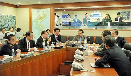 이명박 대통령은 26일 밤 침몰한 해군 초계함과 관련해 안보관계장관회의를 열었다.