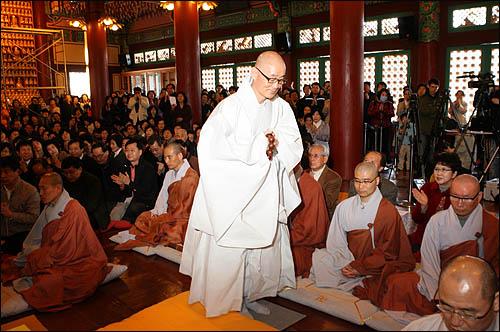 28일 오전 서울 삼성동 봉은사 법왕루에서 열린 법회에 참석한 신도들이 명진스님에게 박수를 보내고 있다.