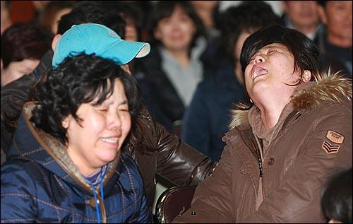 해군 초계함 '천안함' 침몰 나흘째인 29일 오후 경기도 평택 해군 제2함대에서 실종자 가족들이 조속한 구조작업을 요구하며 오열하고 있다.