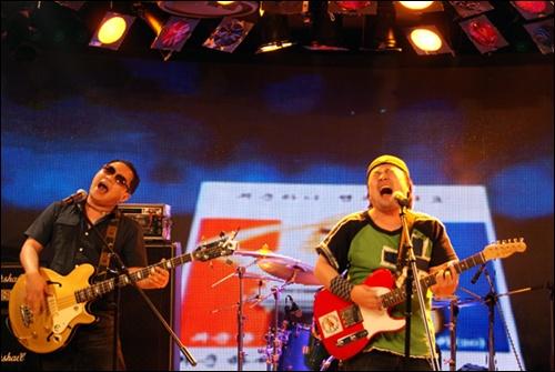 인디밴드 '달빛요정역전만루홈런'의 공연 모습 (오른쪽)