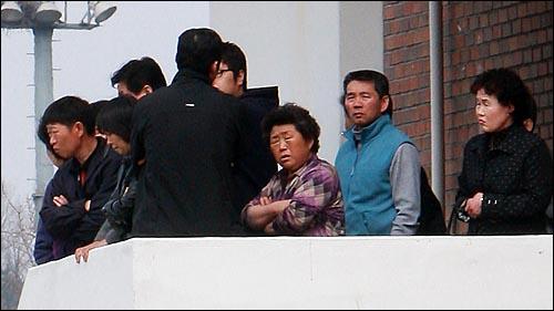 해군 초계함 '천안함' 침몰 닷새째인 30일 오후 경기도 평택 해군 제2함대 사령부 영내 동원예비군 교육장에 마련된 실종자 가족 숙소에서 실종자 가족들이 생환하기를 기다리고 있다.