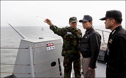 이명박 대통령이 30일 오후 해군 초계한 '천안함' 침몰사고 현장인 백령도 인근에서 작전중인 '독도함'에 승선해 김성찬 해군참모총장의 설명을 듣고 있다.