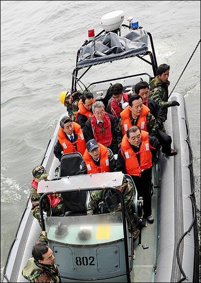 이명박 대통령이 30일 오후 해군 초계함 '천안함' 침몰 사건 현장인 백령도를 방문해 구조작업중인 독도함에서 고무보트를 타고 실종자가족이 탑승하고 있는 광양함으로 이동하고 있다.