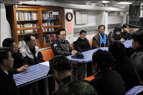 이명박 대통령이 30일 오후 해군 초계함 '천안함' 침몰 사건 현장인 백령도를 방문해 광양함에서 실종자 가족들을 면담하고 있다.