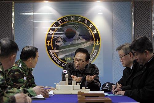 이명박 대통령이 30일 오후 해군 초계함 '천안함 '침몰 사건 현장인 백령도를 방문해 구조작업중인 독도함에서 상황보고를 받고 있다.