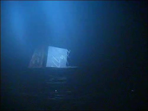 지난 26일 밤 백령도 인근 해상에서 해군 초계함 '천안함'이 침몰하는 순간이 구조에 나선 해경에 의해 촬영되었다. 침몰 중인 '천안함' 선수에 적힌 초계함 고유번호 '772'의 일부가 보이고 있다.