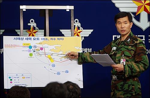 이기식 합참 정보작전처장이 1일 오후 서울 용산구 국방부에서 해군 초계함 '천안함' 침몰 당시 상황을 설명하고 있다.