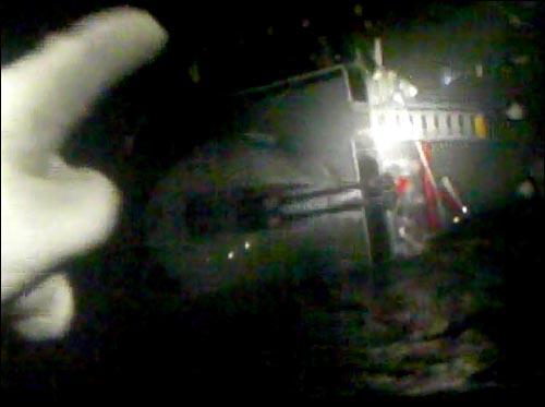 해양경찰청은 1일 오후 해군 초계함 '천안함' 침몰 당시 해경 501함 고속단정에서 촬영된 구조 현장 근접 촬영 동영상을 추가 공개했다. 한 구조대원이 오른쪽으로 기울어진 천안함에서 생존 승조원들이 모여 있는 곳을 가리키고 있다.
