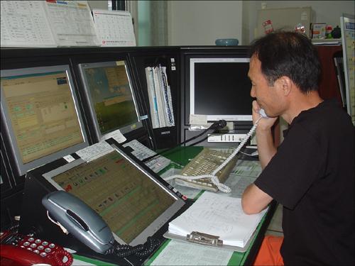 위치정보를 확인하며 신고전화를 접수하는 근무자