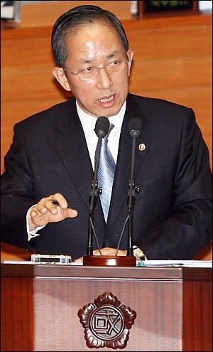 김태영 국방부장관이 2일 오후 국회 긴급현안질의에 출석해 '천안함 침몰' 사고원인과 관련한 의원들의 질의에 답변하고 있다.
