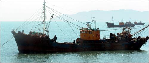 2일 오전 '천안함 침몰사고' 현장에 투입돼 수색작업을 벌였던 쌍끌이 저인망어선 '98 금양호'가 인천 대청도 앞 바다에서 대기하고 있는 모습.