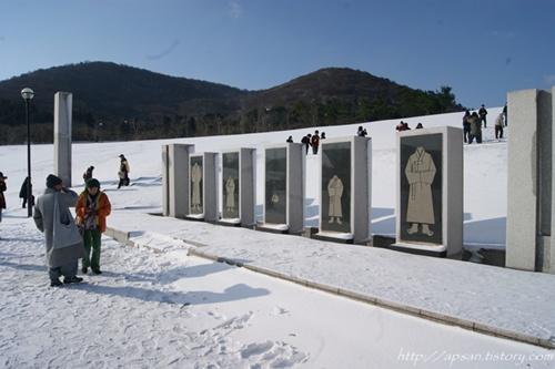작품명 '귀천' 제주4.3 당시 민간인들의 죽음의 이미지와 전래의 수의를 모티브로 한 조형물이다. 견학팀이 작품을 자세히 둘러보고 있다.