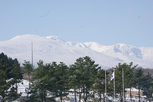 설산 한라산 추모승화광장 너머로 보이는 한라산. 영산 한라산이 제주4.3평화공원을 내려다보고 있다