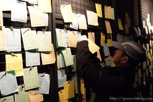 제주4.3기념관의 소지 '대구경북 현대사 탐구단'의 김찬수 선생이 소지를 매달고 있다
