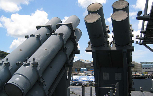 미 해군 함정의 하픈 유도탄 발사관(캐니스터), 이 사진에는 8기의 하픈 미사일 발사관이 보이지만 천안함에는 양쪽에 하픈 발사관이 2개씩(모두 4기) 배치된 구조다.