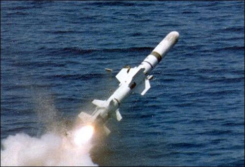 AGM-84 '하픈' 함대함 유도탄 발사 장면, 이 유도탄의 중량은 530kg에 달한다.
