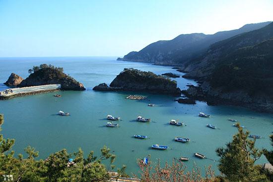 사리 해안가 풍경 가장 한국적인 아름다움을 지닌 어촌의 모습이다. 다산 정약용의 형인 정약전이 <자산어보>를 완성한 유배지가 이곳 사리마을이다. 사리 포구 앞에는 7개의 작은 섬들이 있는데 '칠형제바위'라고도 불린다.